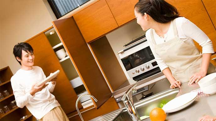 キッチンで二人で料理をしてる夫婦