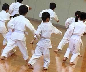 空手の練習する子供
