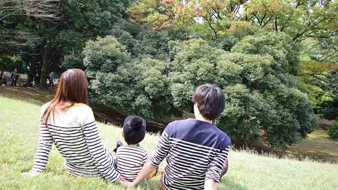 家族で公園で過ごす