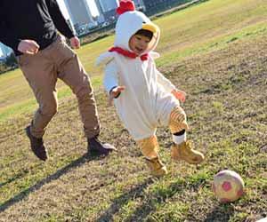 公園でボール遊びする親子
