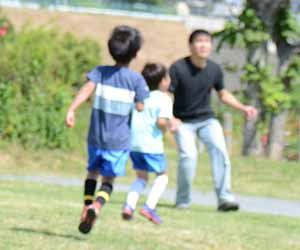 サッカーする親子