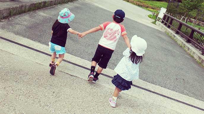 妹二人の手を引いて歩いてるお兄ちゃん