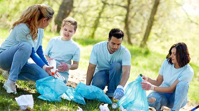 親と一緒にゴミ拾いのボランティアに参加してる女の子