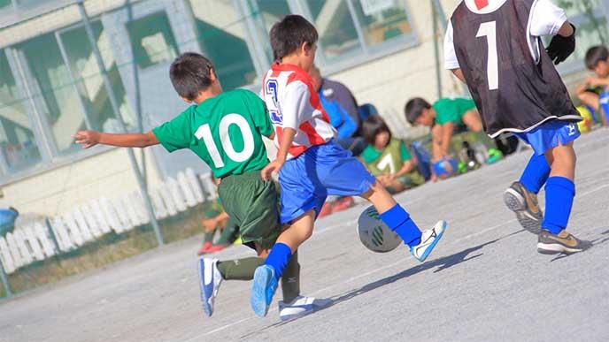 サッカーをしてる小学生たち