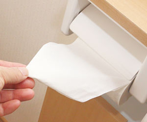 トイレットペーパーを引き出す