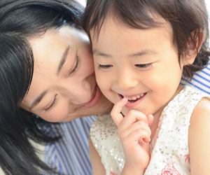 女の子に教える母親