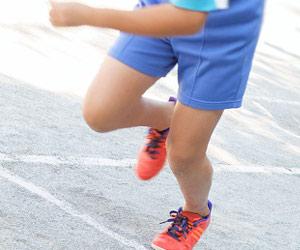 運動会で駆ける子供