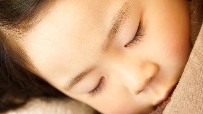 眠る4歳児