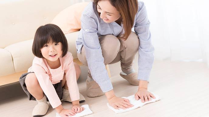 親子で床の拭き掃除をする