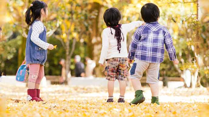公園で遊ぶ子供達