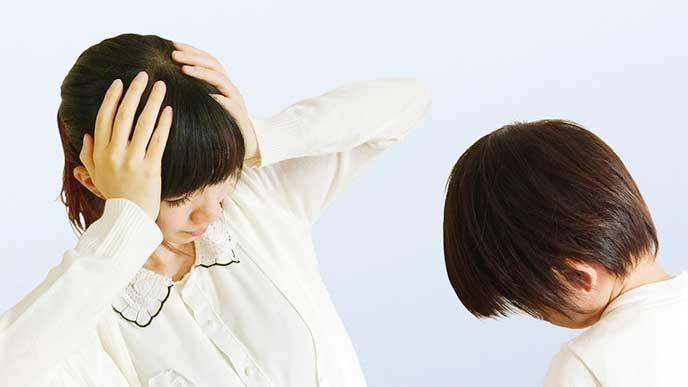 子供が言う子を聞かなくてイライラして頭を抱えてる母親