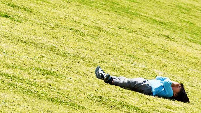 公園で横になって泣き叫んでる男の子