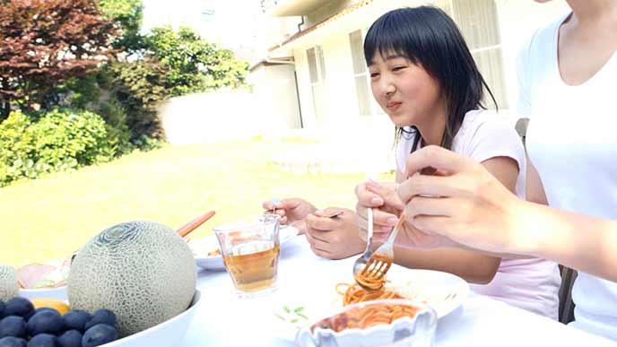 庭で食事をとる子供