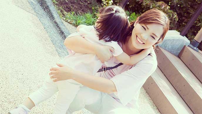 女の子を抱きしめる母親