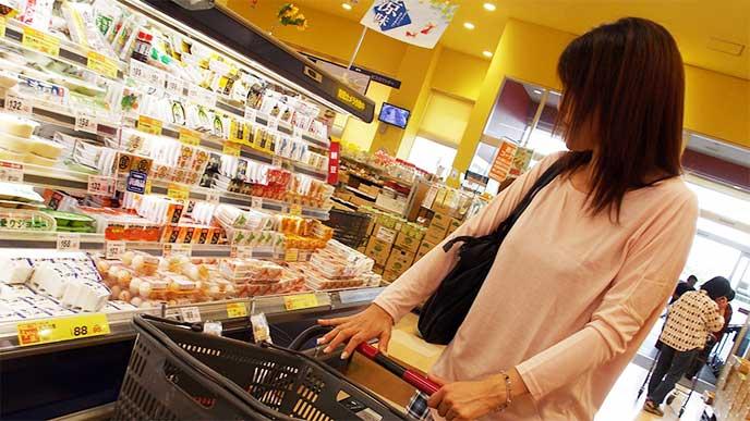スーパーで買い物をしてる主婦