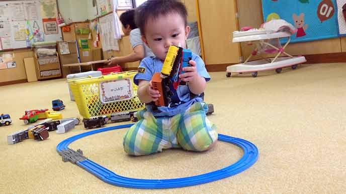 保育園で遊ぶ幼児
