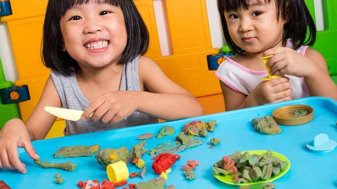 粘土遊びをする姉妹