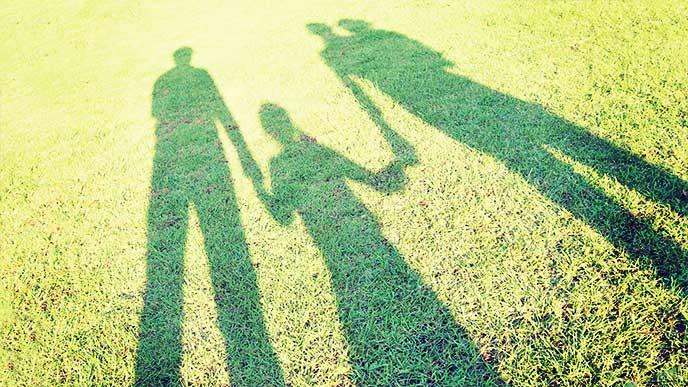 親子で並んで立ってる影を撮った写真