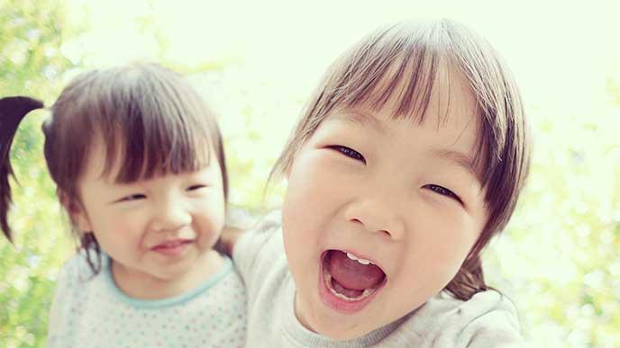 笑顔でカメラを見てる姉妹