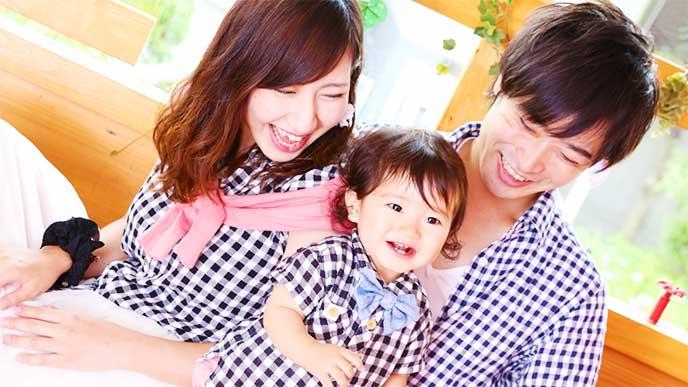 お揃いのシャツを着た家族