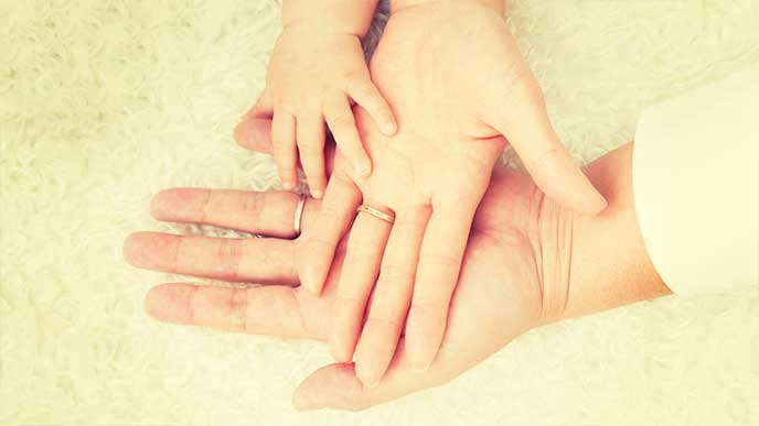 家族の手を重ねた写真