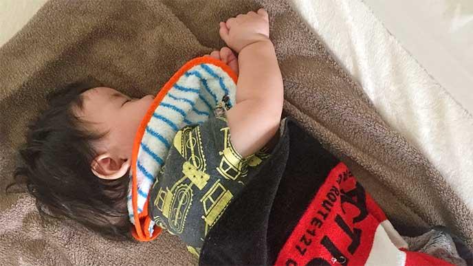 お気に入りのタオルに包まって寝てる男の子
