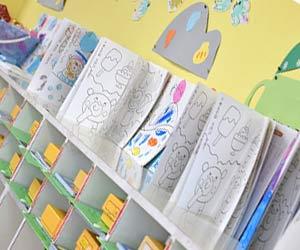 幼稚園の教室の棚