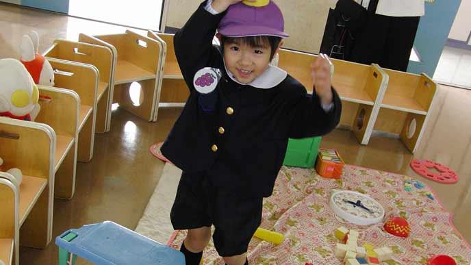 教室で遊具で遊ぶ園児