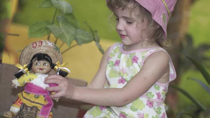 人形で遊ぶ子供
