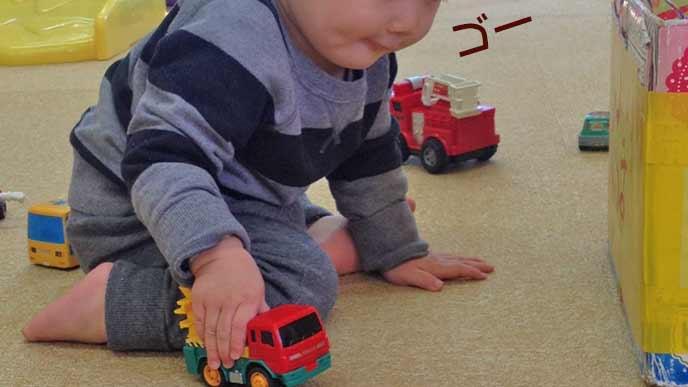 ミニカーを押して遊ぶ幼児