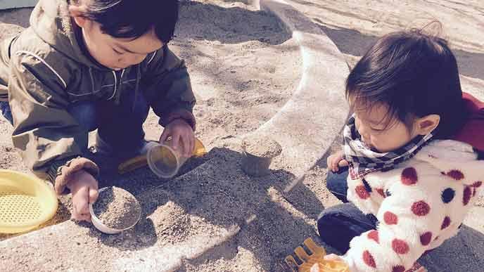 砂遊びする幼児