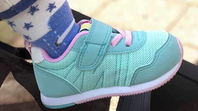 スニーカーを履いた子供の足