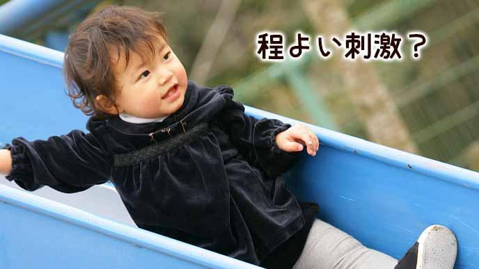 滑り台を楽しむ幼児
