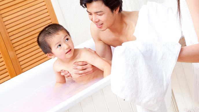 親子でお風呂につかる
