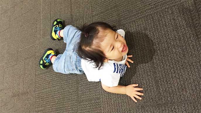癇癪を起こして床に横になって泣いてる男の子