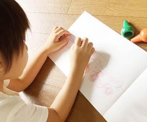 延長保育で絵を描く園児
