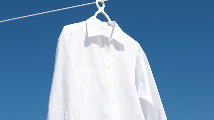 物干し紐にかけられるYシャツ