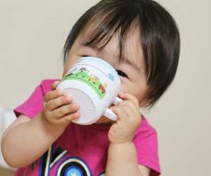 水を飲む幼児