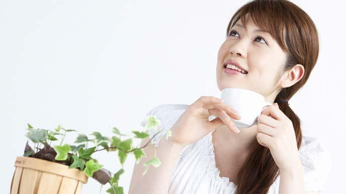 笑顔でコーヒーを飲むママ