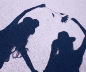 女性仲間のアスファルトにうつる影