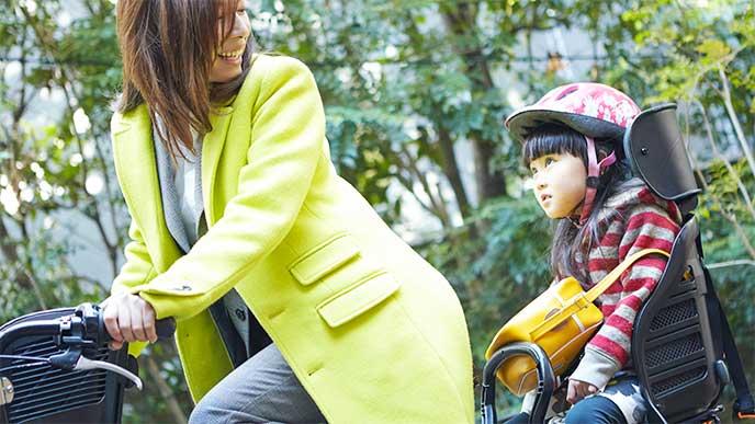 保育園に自転車で子供を送る母親