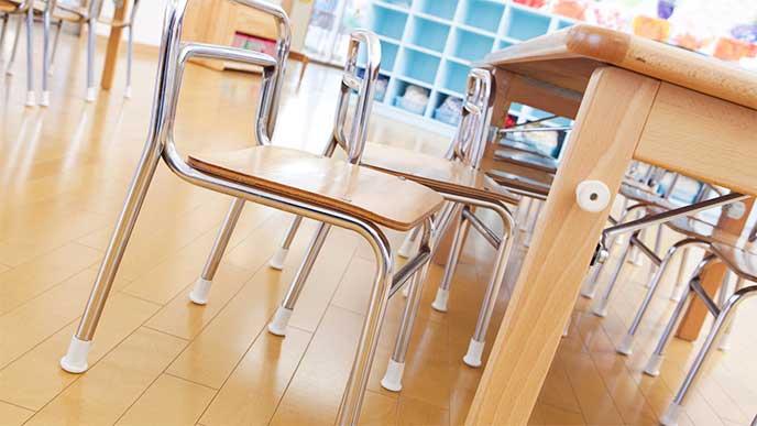 保育園内の園児用の机と椅子