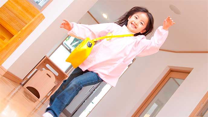 保育園バックを持って保育園に行こうとしている女の子
