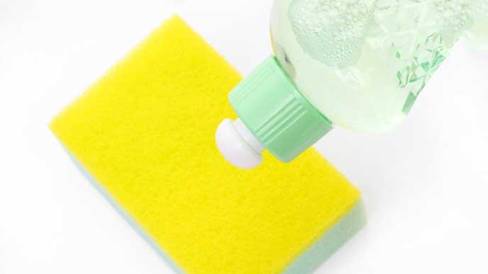 食器用の中性洗剤とスポンジ