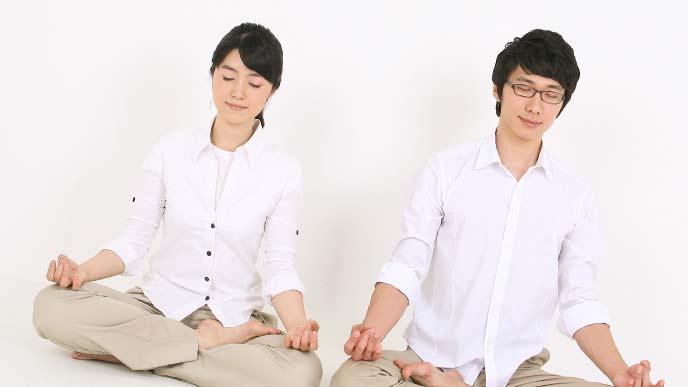 リラックスしながら瞑想する夫婦