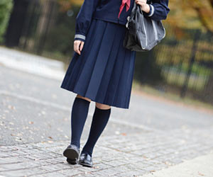 一人で帰宅する中学生