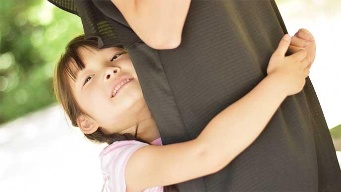 母親に抱きついてる女の子