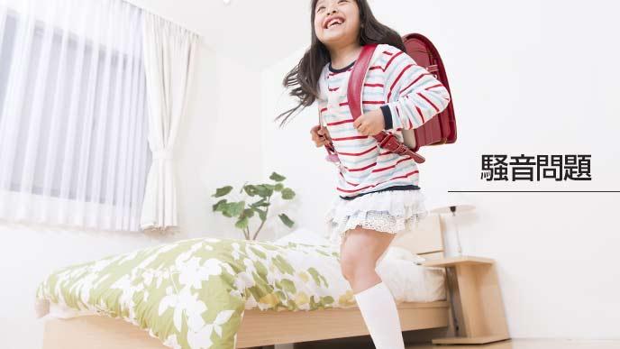 家の中で走る子供