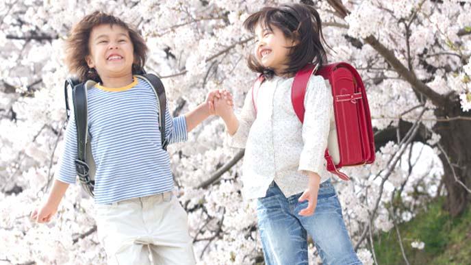 友達と遊ぶ小学生の男の子と女の子