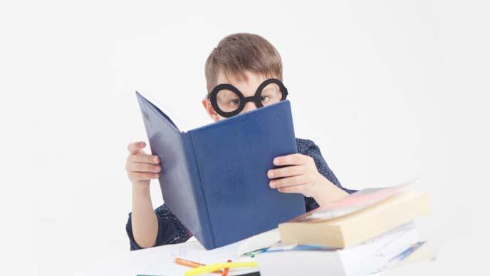 沢山の本を読む少年